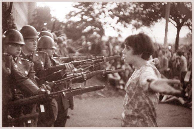 Foto de Mac Riboud, fotojornalista francês, por ocasião dos protestos contra guerra do Vietnam
