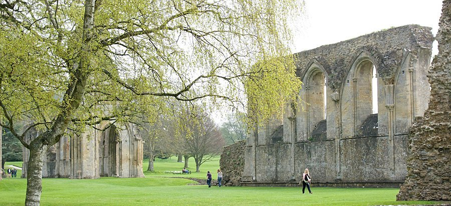 Ruínas da Abadia de Glastonbury, destruída e reconstruída muitas vezes e finalmente saqueada e derrubada a partir de 1536, quando a reforma da igreja promovida por Henrique VII, determinou a completa dissolução de todos os monastérios na Inglaterra