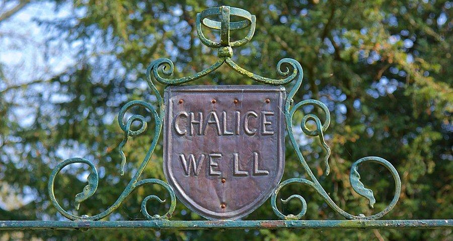 Em meio aos jardins que cercam essa fonte sagrada, a entrada para o espaço onde se encontra o Chalice Well, a Fonte do Cálice.