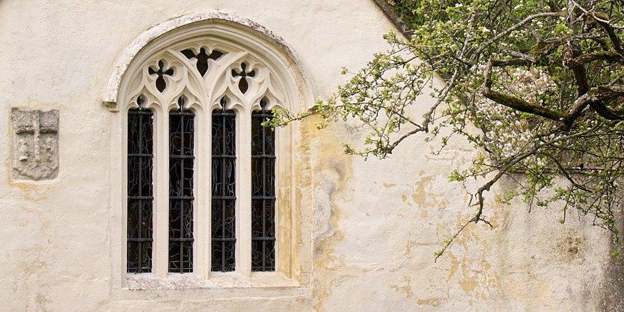 Antiga e singela Capela na entrada das terras da Abadia de Glastonbury. Ao lado, o arbusto da Hawthorn Sagrada